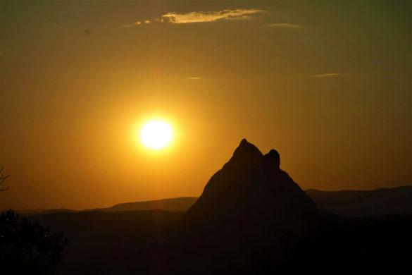 Sonnenuntergang im Glass House Mountains National Park