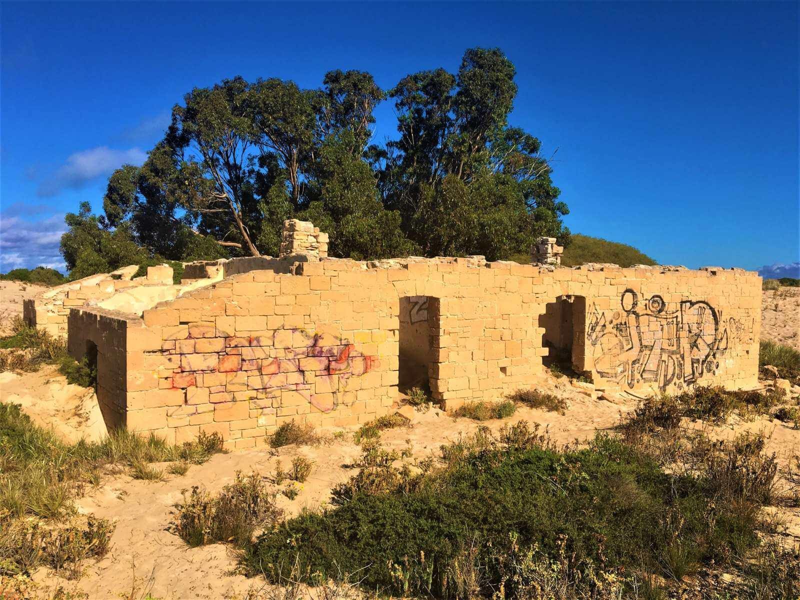 Ruine in Wüstenlandschaft von Australien