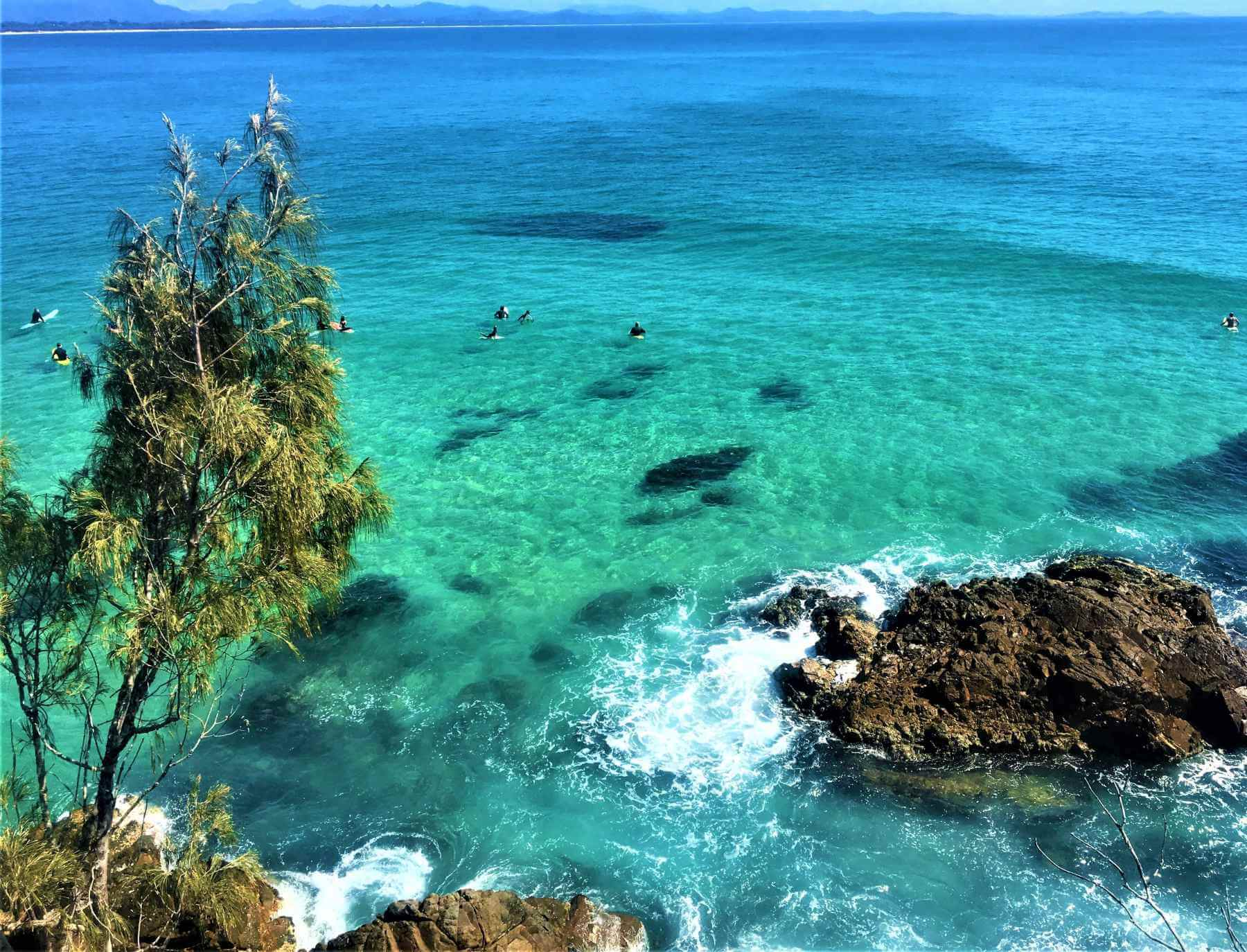 Surfen im Meer von Byron Bay in Australien